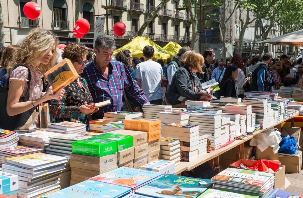 Ganz traditionell: ein Bücherstand am Diada de Sant Jordi, am 23. April, dem Tag der Liebenden in Barcelona. Die Stände mit den Rosen finden sich direkt daneben, davor und dahinter… (#2)