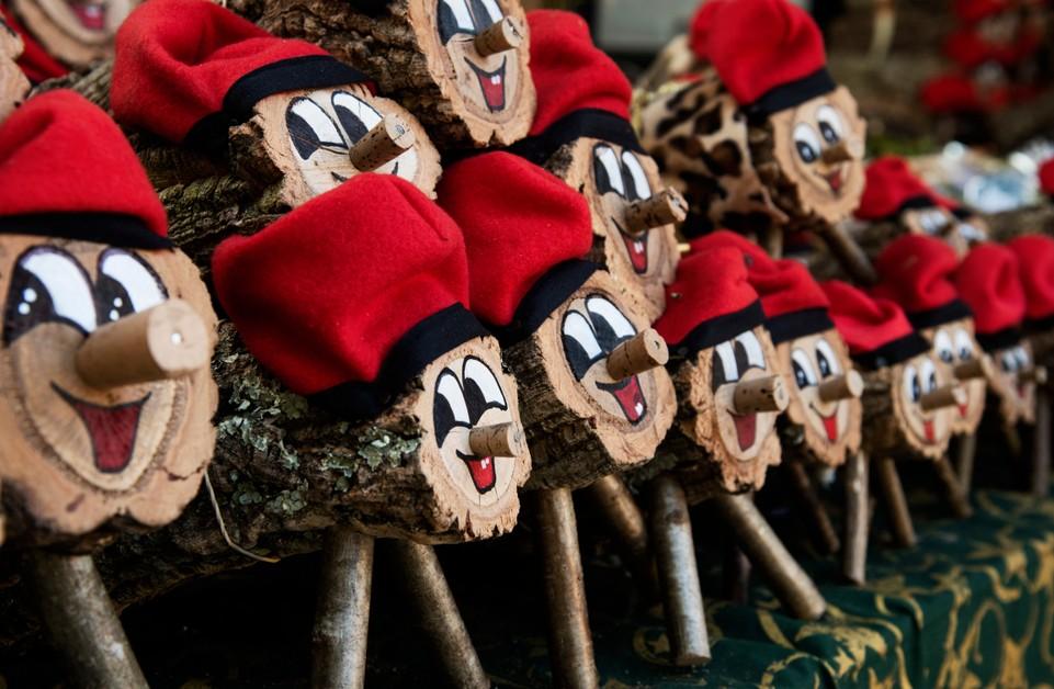 An Weihnachten in Katalonien findet man kleine Figurinen wie den kleinen Tió de Nadal mit seiner Barretina. (#9)