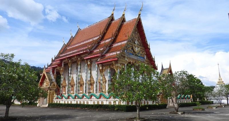 Buddhastatuen und Drachen wachen über die Tempel, um die sich Mönche zum Innehalten und Meditieren versammeln. Im Inneren findet man detailverliebte Wandbilder und Schreine.